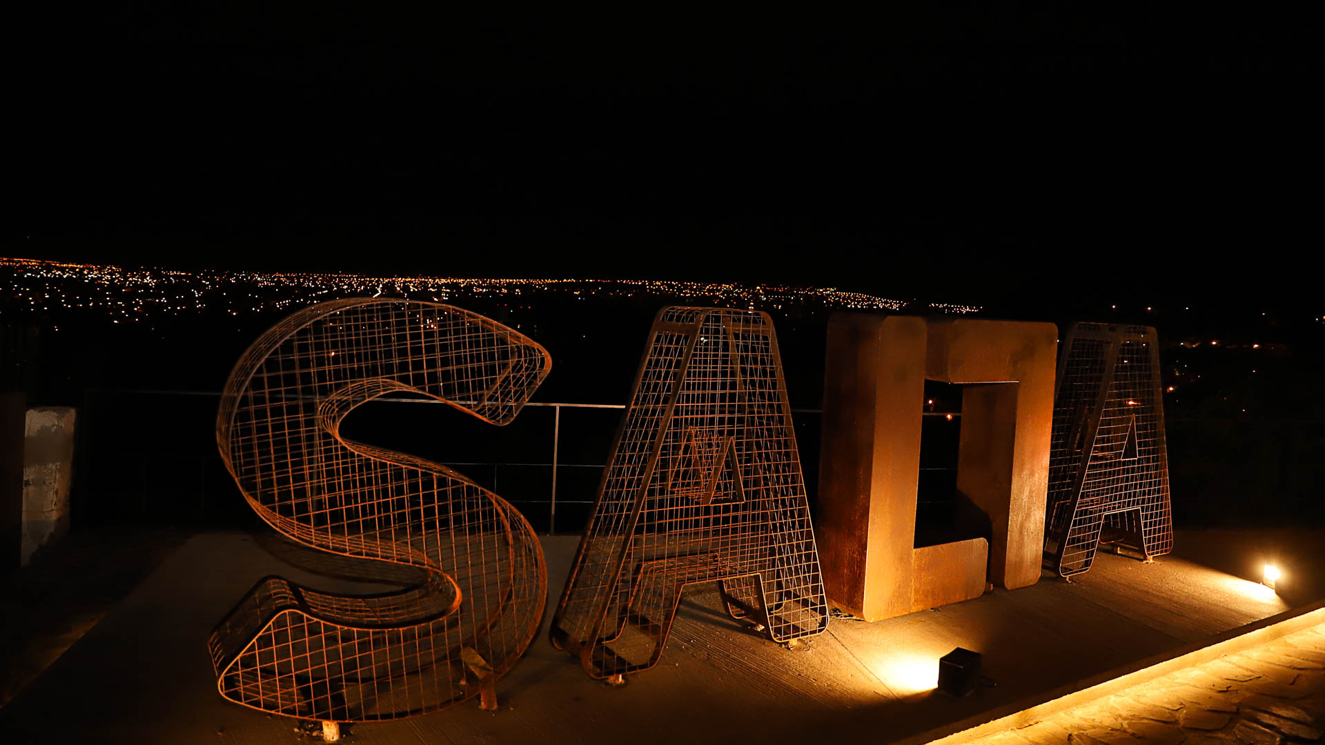 Noche cerrada sobre la ciudad capital, vista desde el acceso por El Portezuelo.
