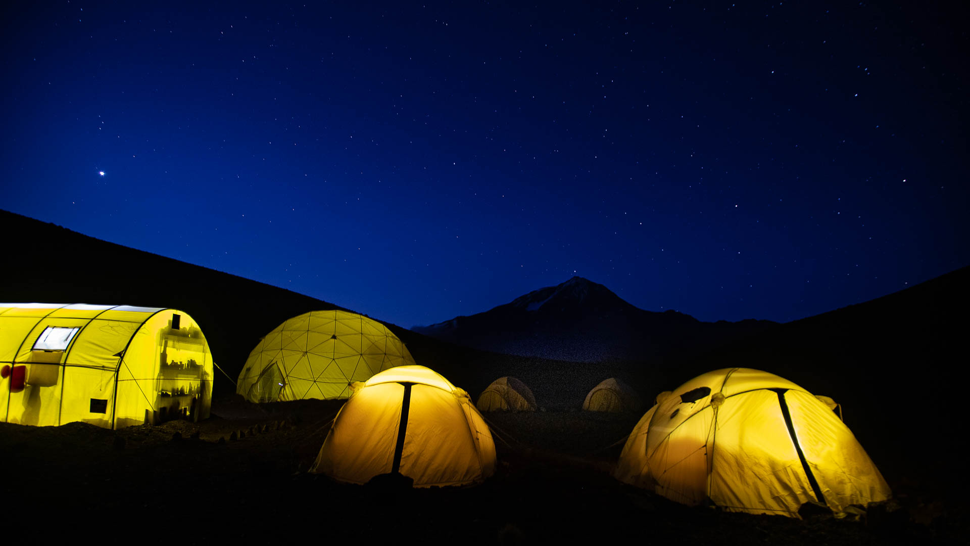 El fantástico campamento situado muy cerca de la base del volcán Llullaillaco, a 4500 msnm.