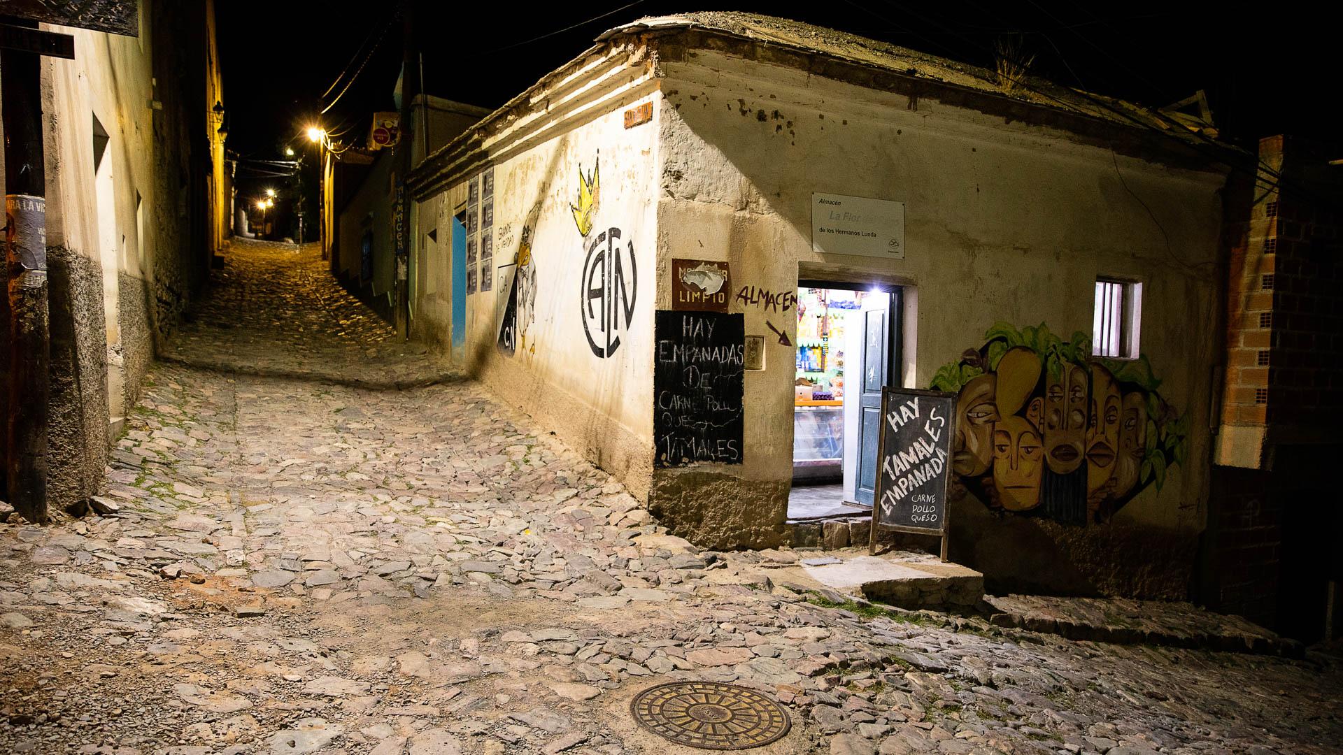 Una recorrida nocturna por las callecitas angostas y empedradas de Iruya.