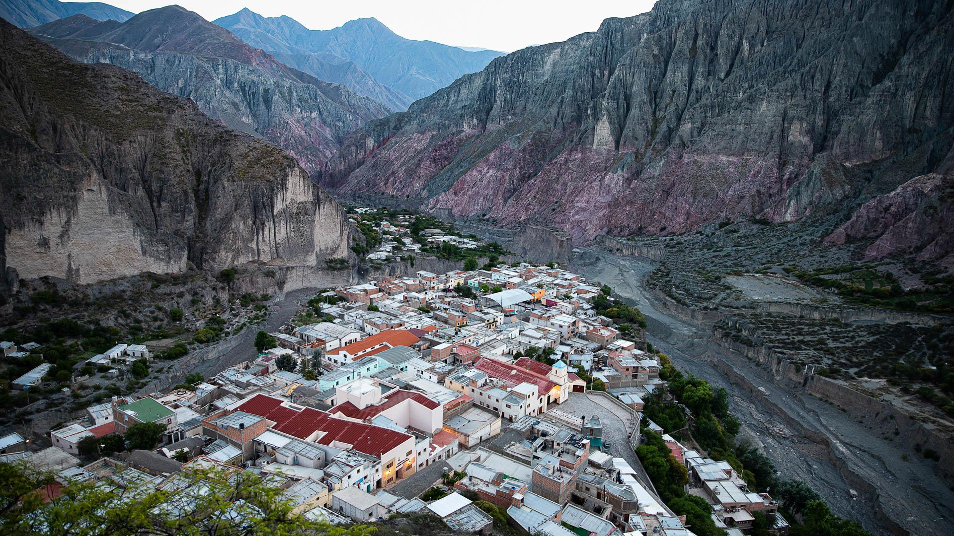 Amanecer en Iruya, el pueblo que parece colgado entre cerros y ríos.