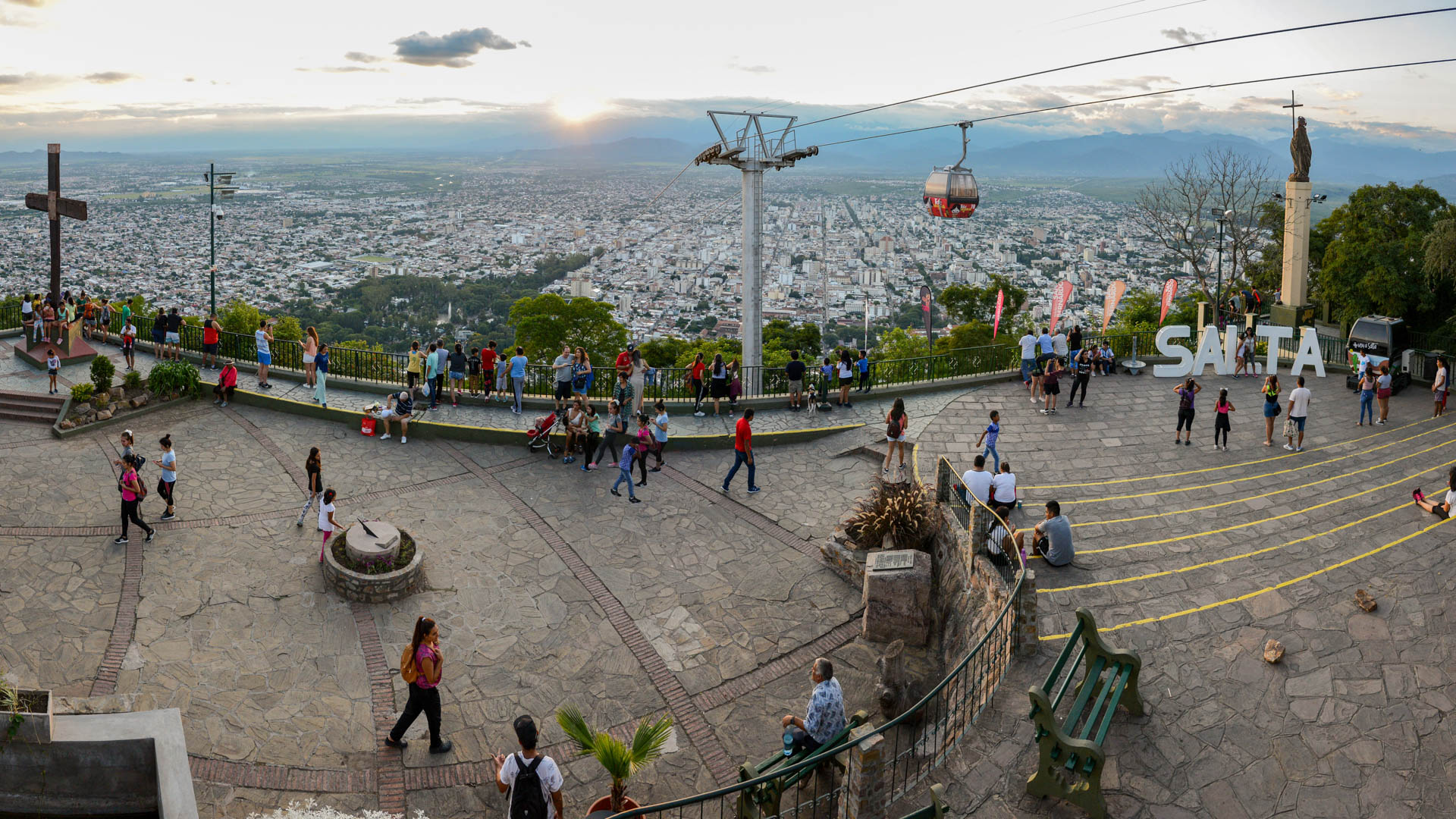 Atardecer en el cerro San Bernardo. Las góndolas del teleférico llegan hasta allí.