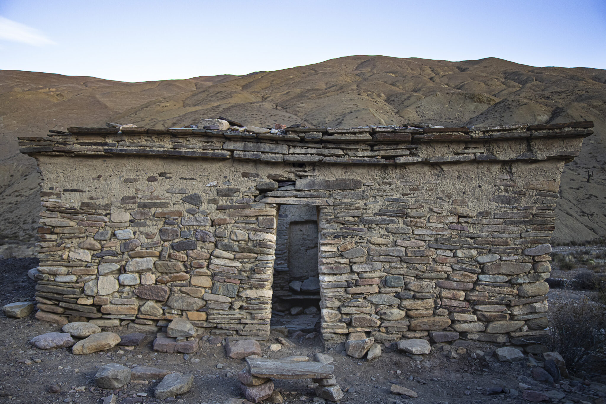 El Sillón del Inca está situado dentro de un pequeño recinto de 4,5×2,5 metros. Los estudios indican que el asiento no es de origen incaico, pero la construcción sí.